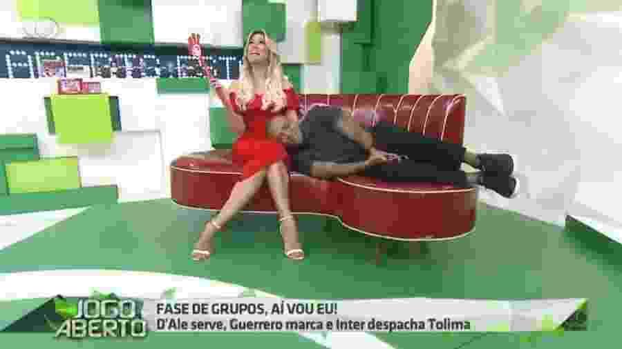 Denílson deita no colo de Renata Fan após classificação do Inter - Reprodução/Band