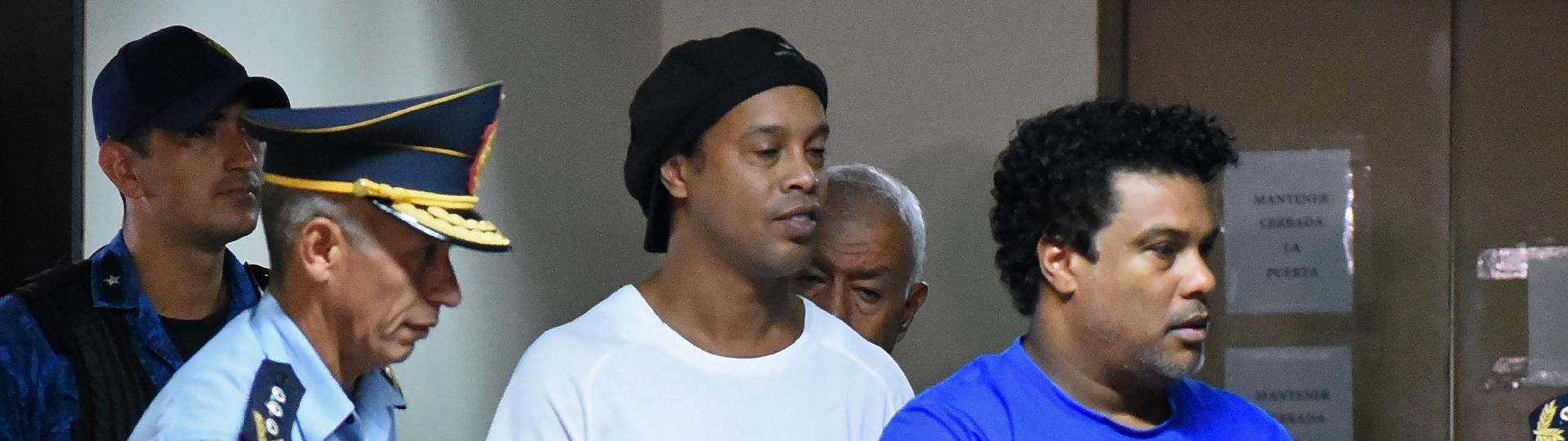 Ronaldinho e Assis chegam algemados para audiência de custódia