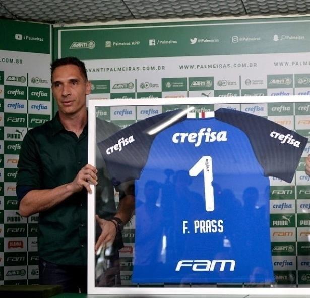 Fernando Prass mostra camisa que ganhou em despedida do Palmeiras