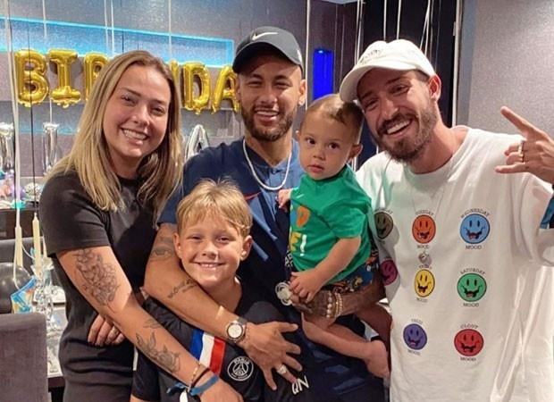 Neymar posa ao lado da família em aniversário de David Lucca