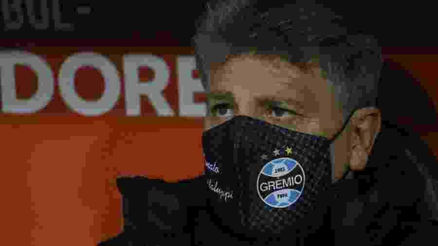 Renato Portaluppi acompanha a partida entre Grêmio e Universidad Catolica no Chile - Elvis Gonzalez - Pool/Getty Images