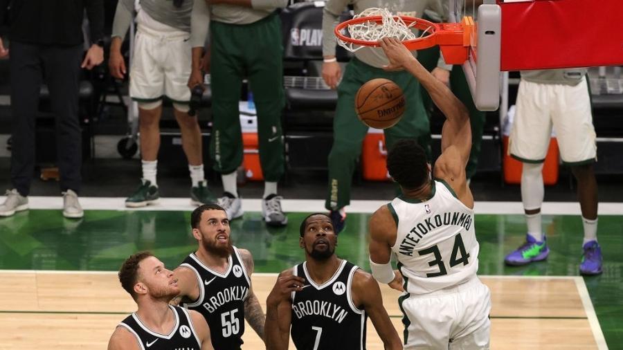Giannis Antetokounmpo, do Milwaukee Bucks, enterra enquanto jogadores do Brooklyn Nets observam - Stacy Revere/Getty Images