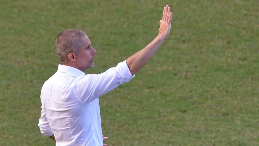 Sylvinho orienta jogadores do Corinthians durante jogo com o Bahia pelo Brasileiro - Walmir Cirne/AGIF