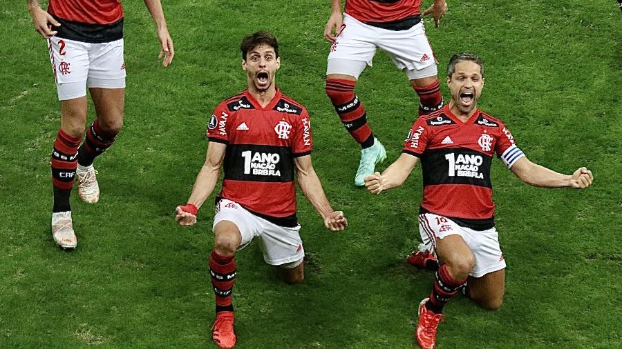 Rodrigo Caio comemora ao lado de Diego no duelo entre Flamengo e Defensa y Justicia, em Brasília - FREDERICO BRASIL/FUTURA PRESS/FUTURA PRESS/ESTADÃO CONTEÚDO