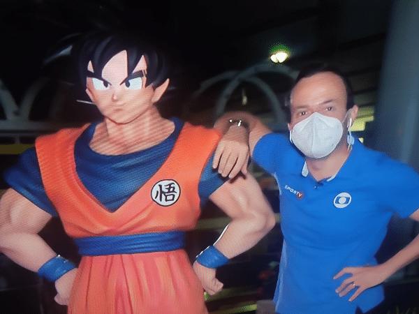 """Repórter do SporTV entra ao vivo no """"Seleção"""" ao lado de estátua de Goku, personagem do desenho animado Dragon Ball Z"""