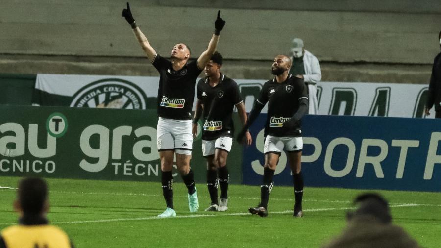 Rafael Navarro comemora gol pelo Botafogo diante do Coritiba, pela 21ª rodada da Série B de 2021 - Robson Mafra/AGIF