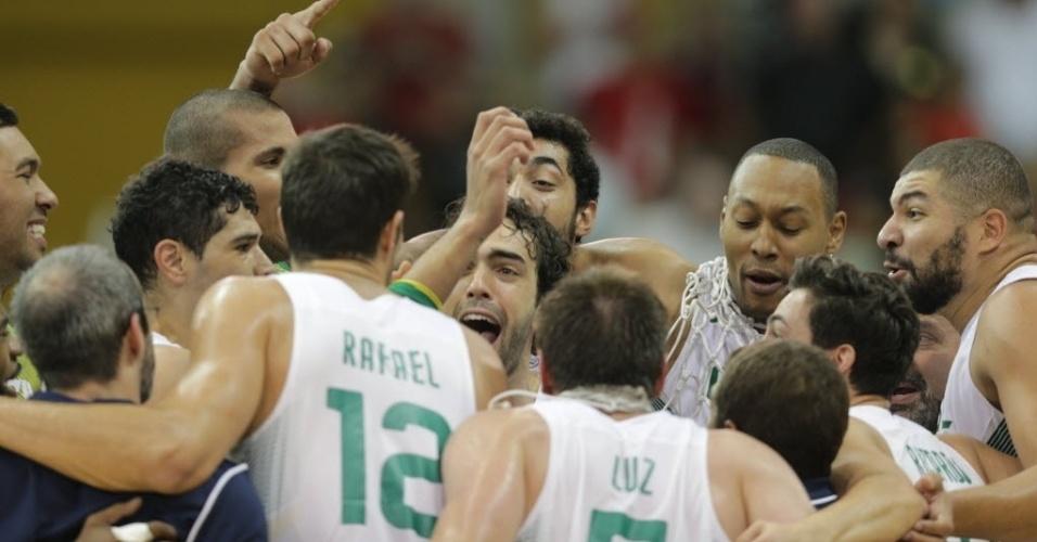 Jogadores brasileiros festejam medalha de ouro após vitória contra o Canadá no basquete