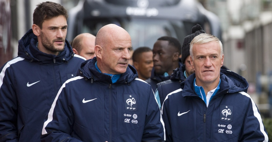 Jogadores da seleção da França caminham em torno de Wembley protegidos pela polícia de Londres