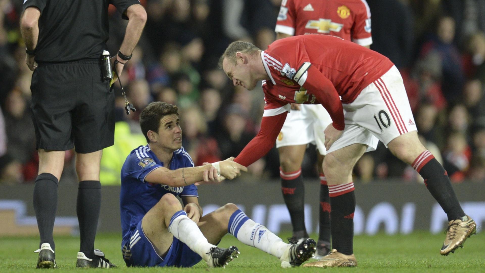 Rooney ajuda Oscar a se levantar depois de fazer falta dura no brasileiro