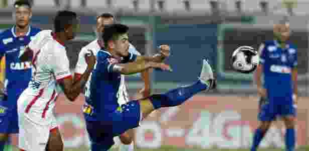 Willian disputa a bola com defensores do Tricordiano, em partida disputada em Sete Lagoas - Washington Alves/Light Press/Cruzeiro