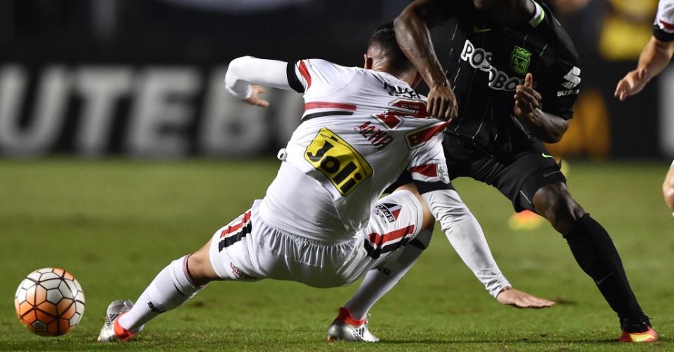 Eugenio Mena (São Paulo) e Marlos Duran (Atlético Nacional) disputam bola em jogo pela semifinal da Copa Libertadores no Morumbi