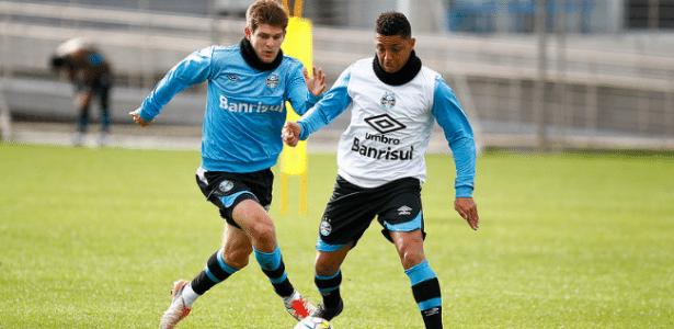 Walter Kannemann (e) é integrado ao elenco do Grêmio e pode estrear - Lucas Uebel/Grêmio