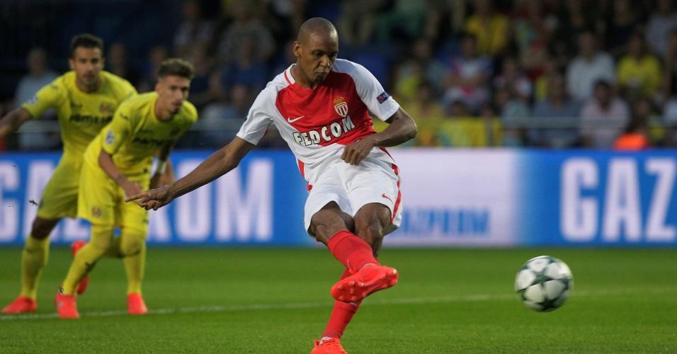 Lateral direito Fabinho cobra pênalti para o Monaco
