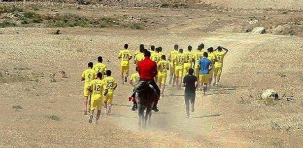 Naft Tehran, do Irã, faz treino físico no deserto
