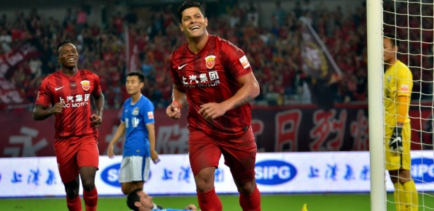O atacante Hulk comemora um gol pelo Shanghai SIPG, da China
