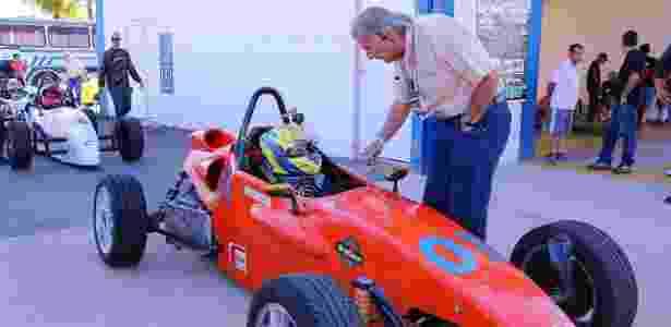 Wilsinho aconselha um jovem piloto de Fórmula Vee - Divulgação/Fvee - Divulgação/Fvee