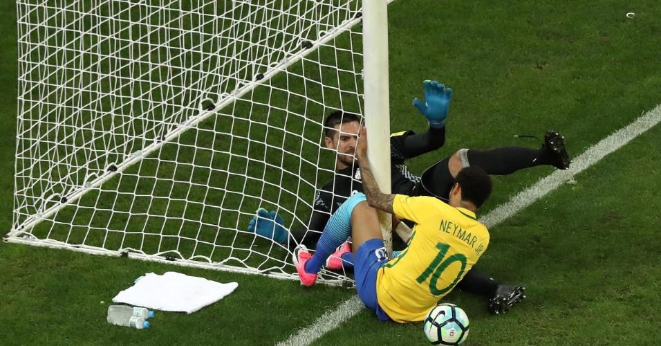 Neymar se choca com a trave e dá susto