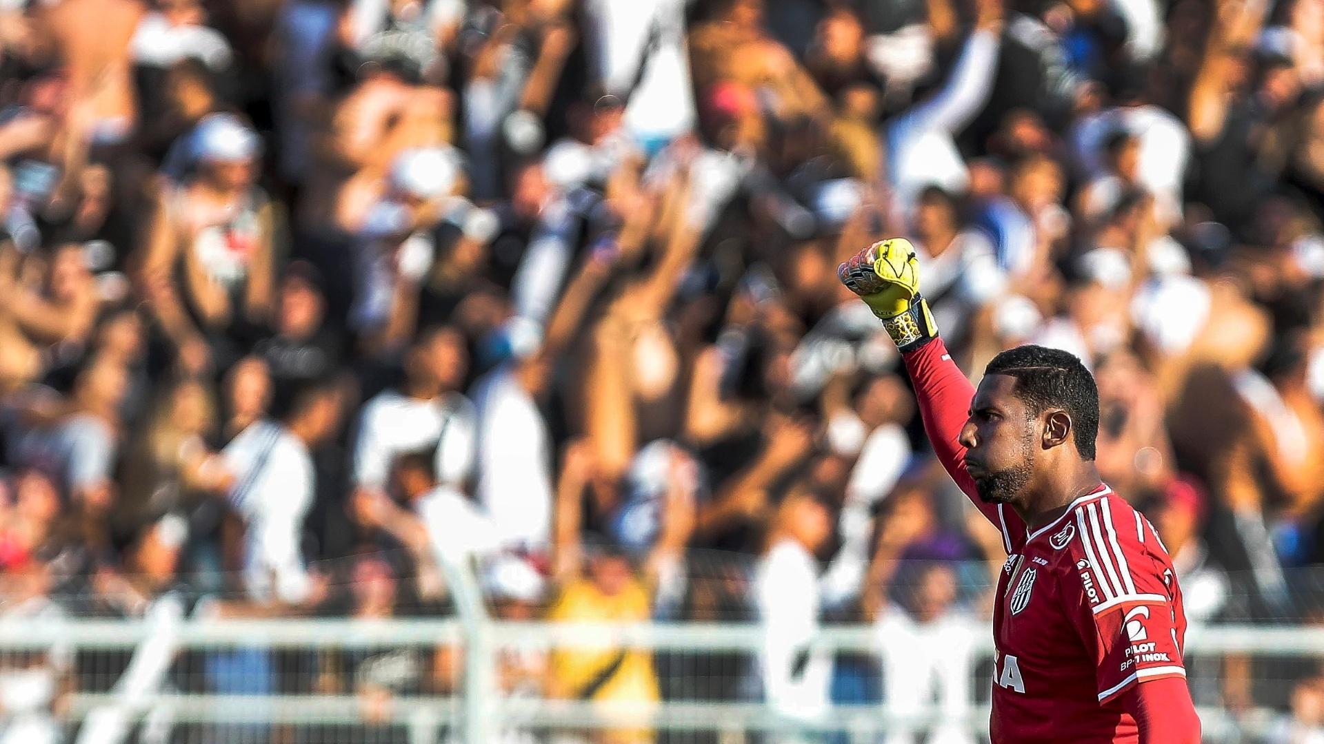 Goleiro Aranha comemora gol marcado pela Ponte Preta contra o Palmeiras em Campinas