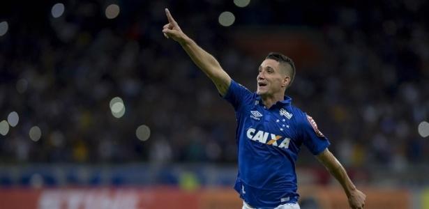 Thiago Neves comemora gol marcado pelo Cruzeiro no Mineirão