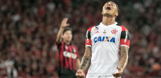 Paolo Guerrero se desespera ao perder gol no último duelo contra o Atlético-PR