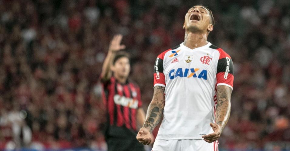 Guerrero, do Flamengo, se desespera ao perder gol no duelo contra o Atlético-PR