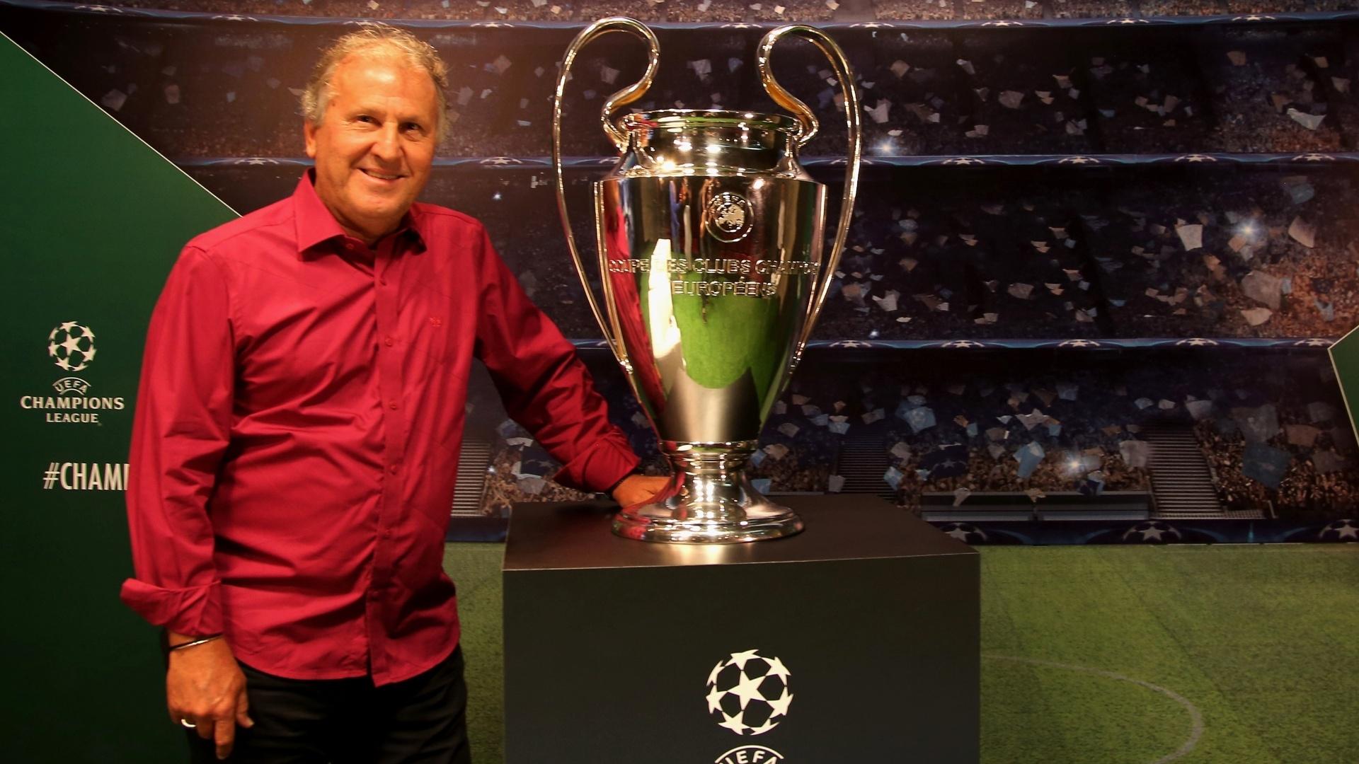 Zico com o troféu da Liga dos Campeões
