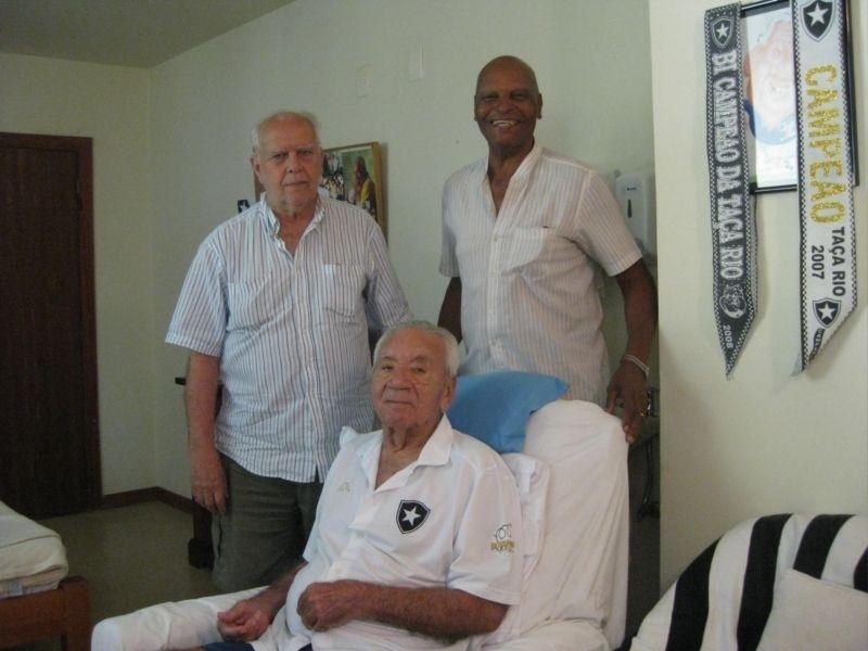Cacá (em pé às esquerda) jogou no Botafogo e no Fluminense