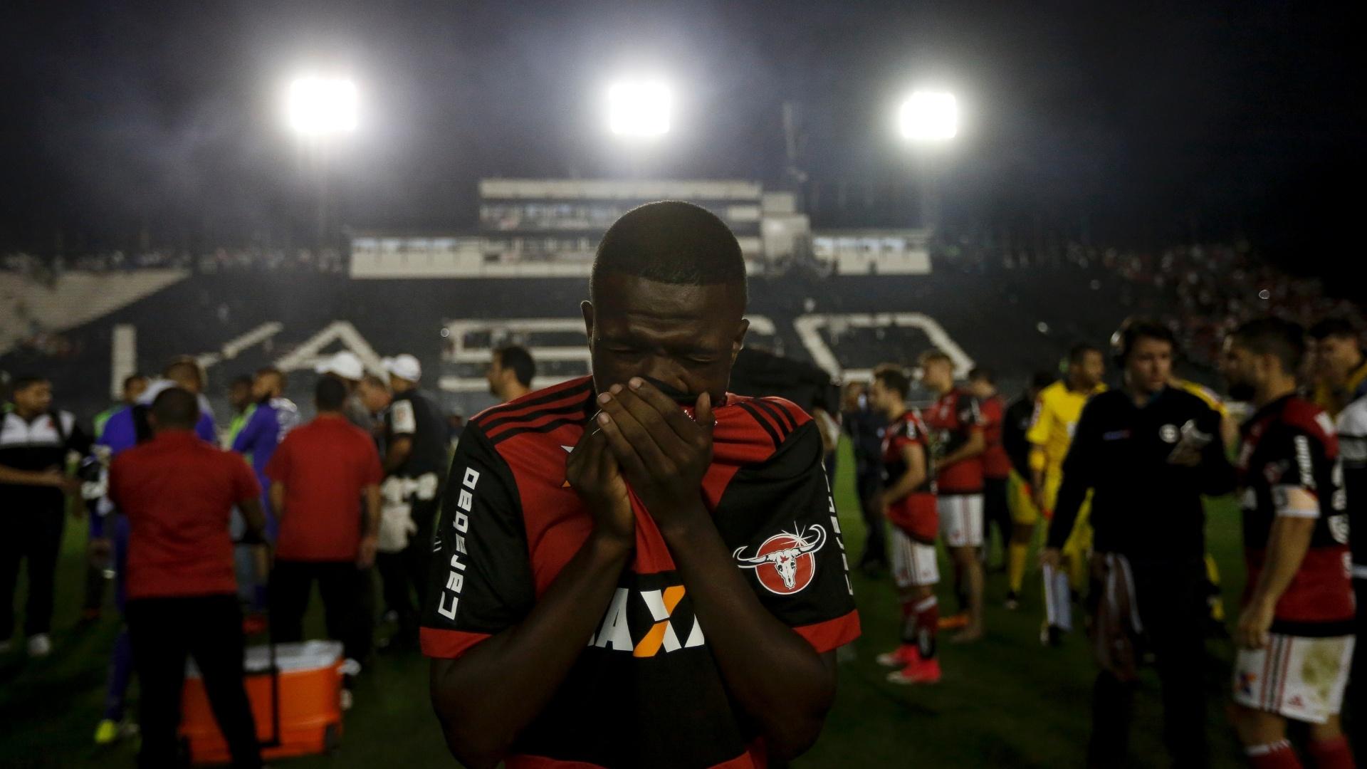 Vinicius Jr. se protege durante a confusão no duelo Vasco x Flamengo em São Januário