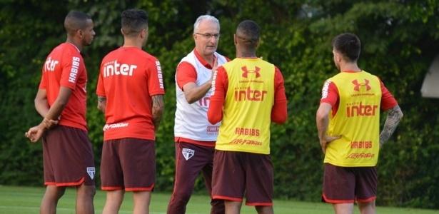 Dorival Júnior conversa com jogadores durante treino