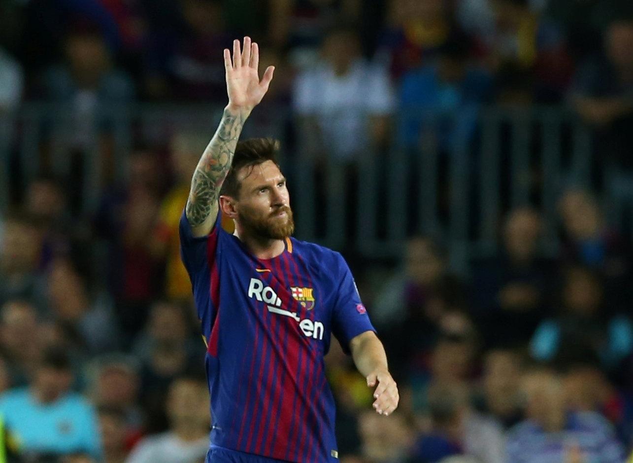 Messi acena para a torcida do Barcelona no Camp Nou