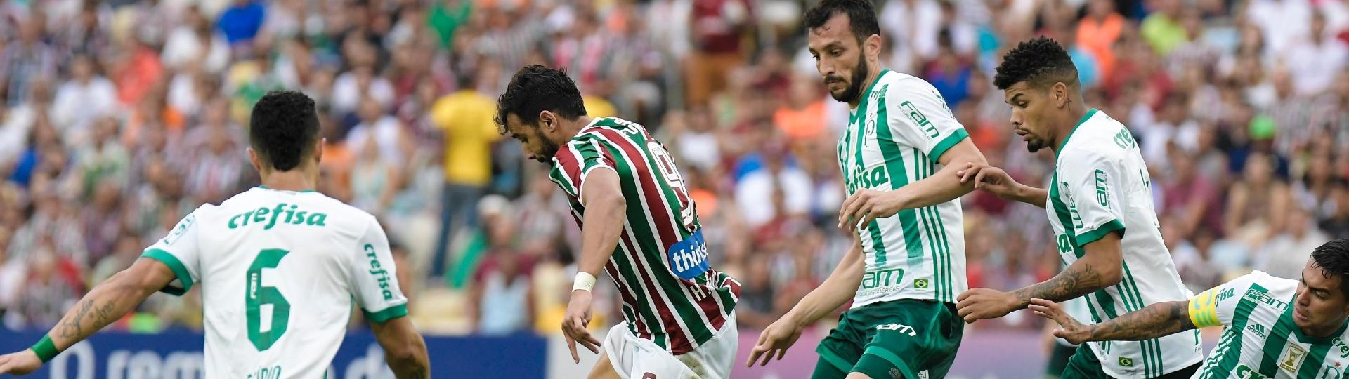 Henrique Dourado sofre com marcação do Palmeiras em jogo do Campeonato Brasileiro