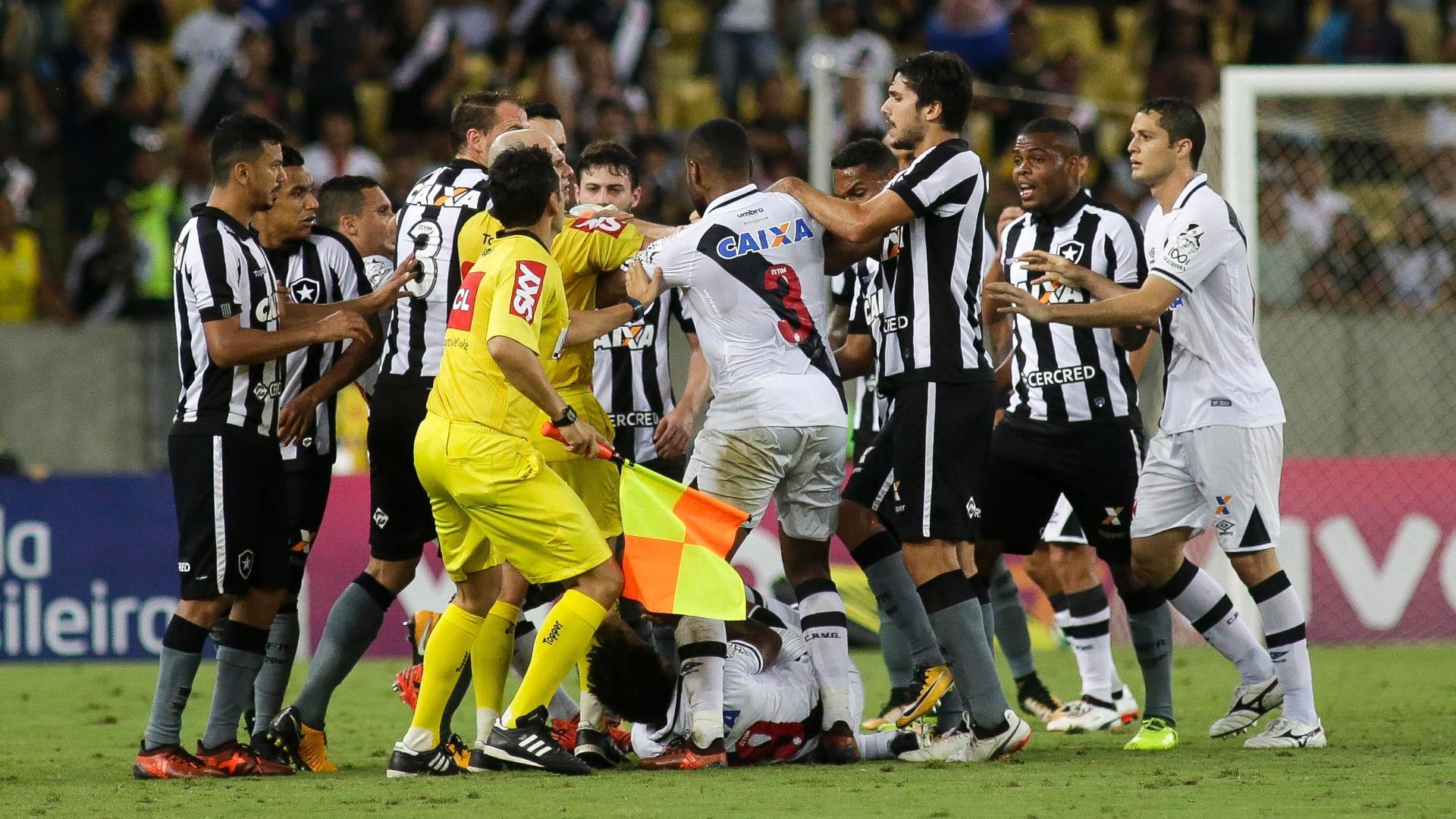 Jogadores de Vasco e Botafogo se envolvem em confusão em volta de Paulo Vitor