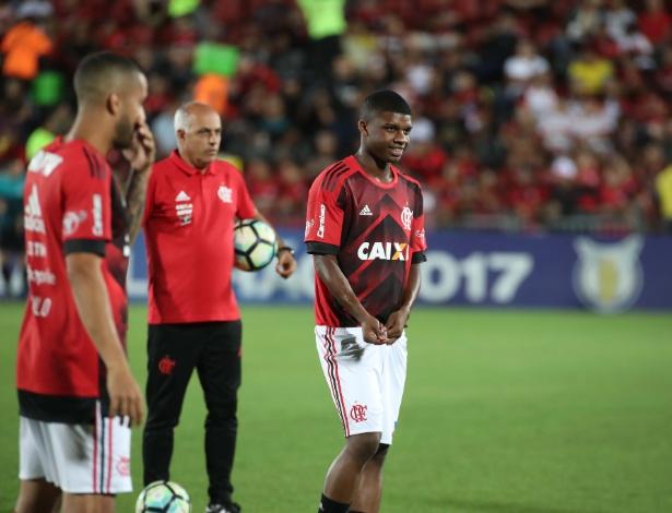 Lincoln durante o aquecimento para o primeiro jogo como profissional do Flamengo