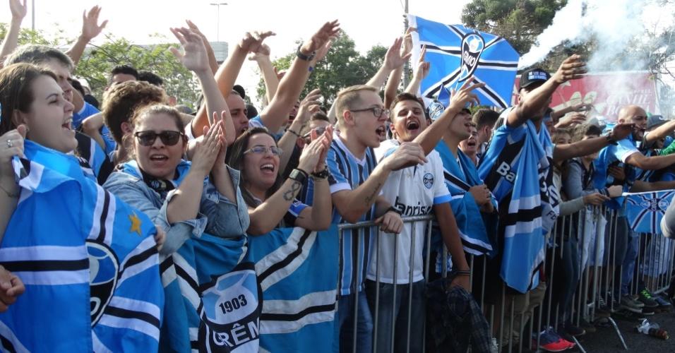 Tricampeonato do Grêmio na Libertadores foi celebrado nesta quinta-feira de manhã em Porto Alegre. Elenco foi recepcionado com muita festa