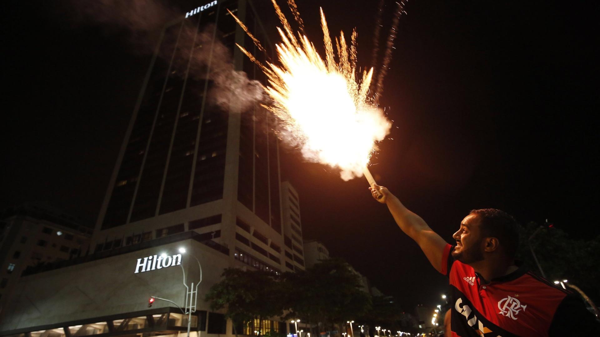 Torcedor do Flamengo solta rojão na frente do hotel do Independiente, em Copacabana, antes da final da Copa Sul-Americana