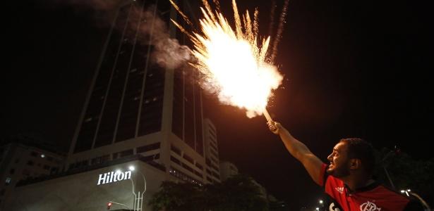 Torcedor do Flamengo solta rojão na frente do hotel do Independiente: alvo da denúncia