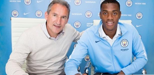 Adarabioyo posa na renovação de seu contrato com o Manchester City