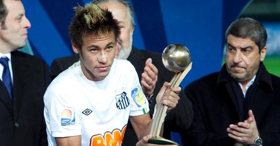 Neymar recebe troféu na final do Mundial de Clubes após o duelo entre Santos e Barcelona no Japão, em dezembro de 2011