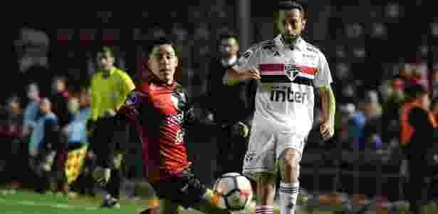 Nenê disputa a bola durante a partida contra o Colón, da Argentina - MARCELO MANERA / AFP