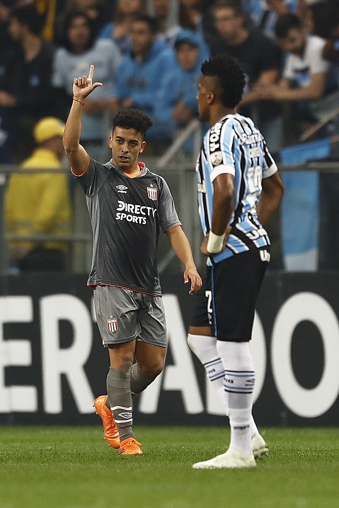 Lucas Rodriguez comemora gol do Estudiantes diante do Grêmio