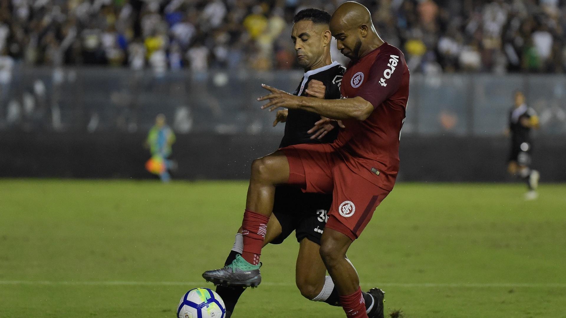 Patrick e Werley lutam pela bola durante duelo entre Vasco e Internacional