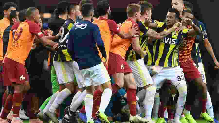 Jaílson, do Fenerbahce, se impressionou com o fanatismo pelo futebol na Turquia - Ozan Kose/AFP