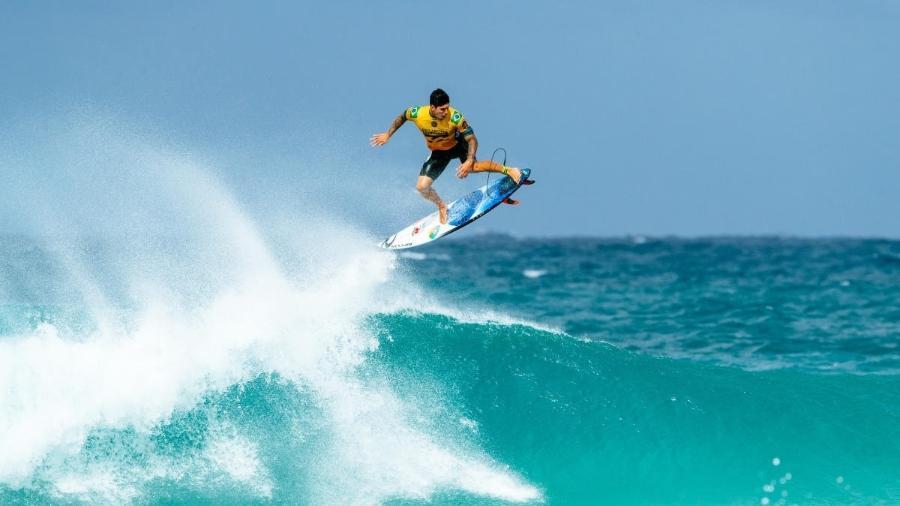 Gabriel Medina dá aéreo durante etapa de Pipeline do Mundial de Surfe - WSL / ED SLOANE