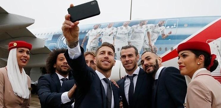 Jogadores do Real Madrid posam para foto ao lado do avião