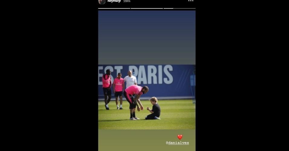 Dani Alves brinca com Davi Lucca após treino e Neymar compartilha momento
