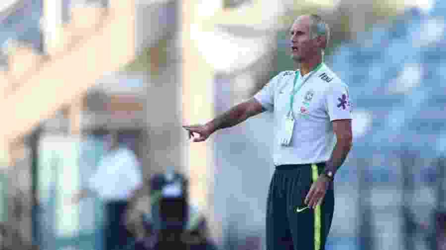 Carlos Amadeu foi lateral esquerdo e virou treinador nos anos 1990. Estava no Al Hilal -  Lucas Figueiredo/CBF