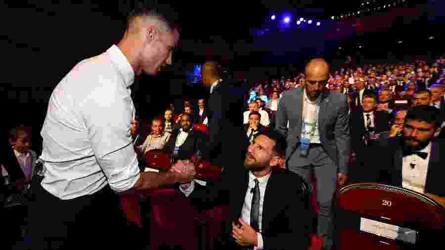 Cristiano Ronaldo cumprimenta Messi na cerimônia da Uefa para sortear os grupos da Liga dos Campeões - VAlerio Pennicino/Uefa/Getty Images