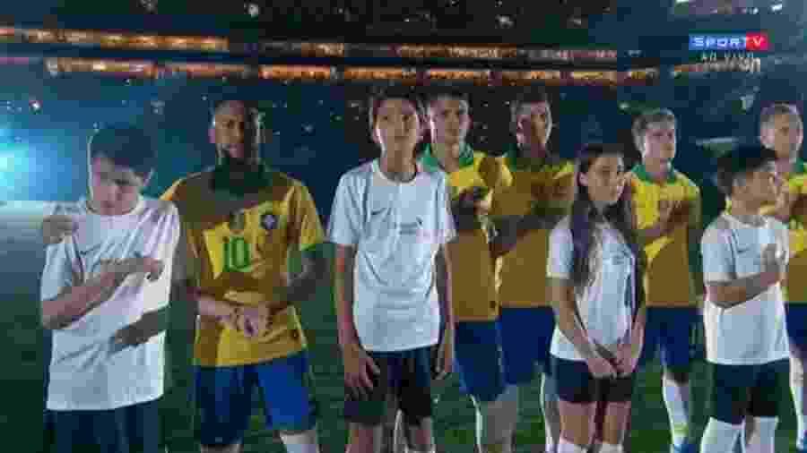 Nickollas (à esquerda) entrou no gramado com Neymar - Reprodução