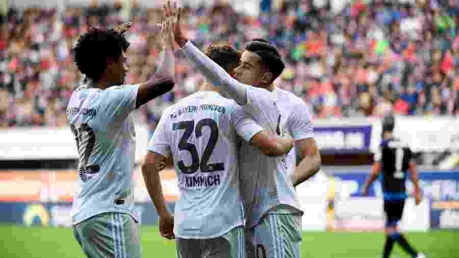 Philippe Coutinho comemora gol do Bayern de Munique com companheiros - Ina Fassbender/AFP