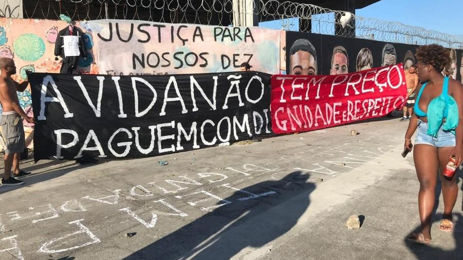 Torcedores do Flamengo colocam faixa de protesto sobre postura de diretoria em relação ao Ninho do Urubu - Bruno Braz / UOL